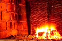 Горячий огонь, с углями для того чтобы сварить барбекю на гриле стоковые изображения