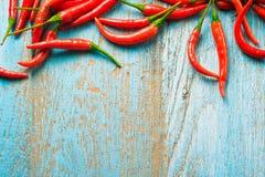 Горячий перец красного chili на старом голубом деревянном столе цвета с plac Стоковое Изображение