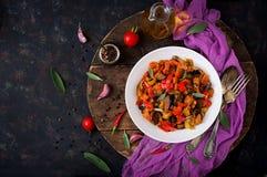 Горячий пряный баклажан тушёного мяса, сладостный перец, томат и каперсы Стоковые Изображения RF