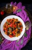 Горячий пряный баклажан тушёного мяса, сладостный перец, томат и каперсы Стоковое Изображение RF
