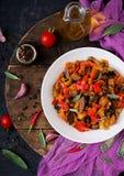 Горячий пряный баклажан тушёного мяса, сладостный перец, томат и каперсы Стоковое фото RF
