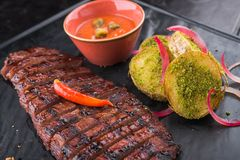 горячий сочный стейк говядины с картошкой Стоковое фото RF