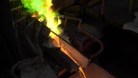 Горячий стальной лить на заводе по изготовлению стали В рамке, расплавленный метал полит через специальные каналы, для более даль сток-видео