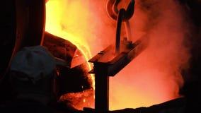Горячий стальной лить на заводе по изготовлению стали r Пропуская металл на плавильне Лить жидкостного металла в открытом шестке сток-видео