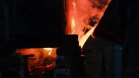 Горячий стальной лить на заводе по изготовлению стали r Пропуская металл на плавильне Лить жидкостного металла в открытом шестке акции видеоматериалы