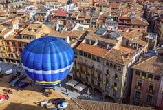 Горячий старт воздушного шара на главной площади исторического испанского города Vic, Испании Стоковое Изображение RF