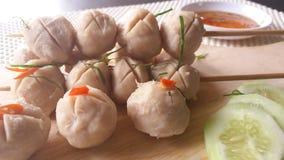 Горячий тайский шарик свинины еды улицы с сладостным соусом чилей Стоковые Изображения