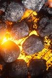 Горячий уголь и накаляя угли на барбекю Стоковое Изображение