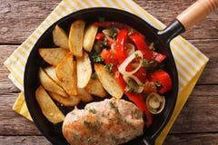 Горячий цыпленок с зажаренными в духовке картошками и концом-вверх перца на a Стоковые Фотографии RF