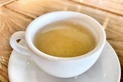 Горячий чай в белой чашке на таблице стоковые фотографии rf