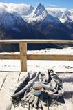 Горячий чай в горах зимы Стоковые Изображения RF