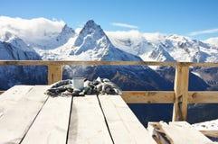 Горячий чай в горах зимы Стоковые Изображения