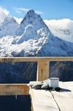 Горячий чай в горах зимы Стоковое фото RF