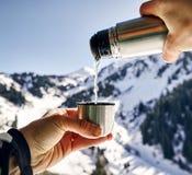 Горячий чай в горах стоковые фотографии rf