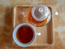 Горячий чай заварил в прозрачном ясном стекловарном горшке и белом чашка фарфора стоковое фото rf