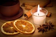 Горячий чай зимы с светом горящей свечи Стоковые Изображения RF