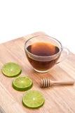 Горячий чай лимона меда с куском лимона и ковш меда на белом b Стоковые Изображения RF