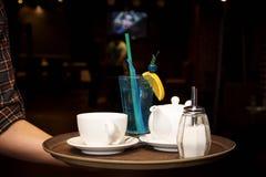 Горячий чай и холодный коктеиль на подносе стоковые фотографии rf