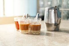 Горячий чай молока Стоковые Изображения RF