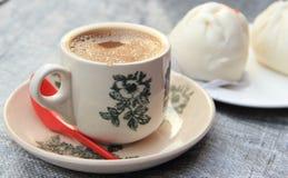 Горячий чай молока в чашке фарфора Стоковые Фото