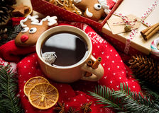 Горячий чай рождества с специями и пряником рождества жизнь рождества все еще Стоковое Изображение