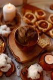 Горячий чай со свечами стоковая фотография rf