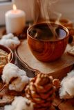 Горячий чай со свечами стоковые изображения rf
