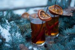Горячий чай с кусками циннамона и апельсина Стоковые Фотографии RF