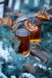 Горячий чай с кусками циннамона и апельсина Стоковые Изображения