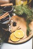 Горячий чай с циннамоном и ветвями спруса Стоковые Изображения