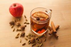 Горячий чай с яблоком, циннамоном и кардамоном стоковая фотография