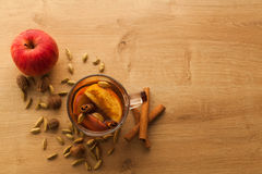 Горячий чай с яблоком, циннамоном и кардамоном стоковое фото rf