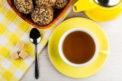 Горячий чай, чайник, печенья в шаре, чайная ложка и сахар шишки Стоковые Фотографии RF
