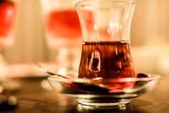 Горячий черный чай в турецкой стеклянной чашке конец вверх стоковое фото rf