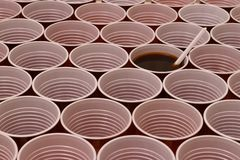 Горячий шоколад в пластиковой чашке стоковое фото rf