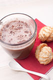 Горячий шоколад (какао) и macaroons кокоса Стоковая Фотография RF