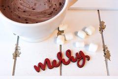 Горячий шоколад с зефирами на белой древесине стоковые фотографии rf
