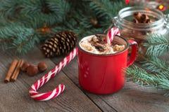 Горячий шоколад с зефирами на деревянной ели предпосылки Рождественская елка с тросточкой и кружкой конфеты с кофе Горячее какао  Стоковое фото RF