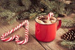 Горячий шоколад с зефирами на деревянной ели предпосылки Рождественская елка с тросточкой и кружкой конфеты с кофе Горячее какао  Стоковые Фото