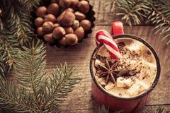 Горячий шоколад с зефирами на деревянной ели предпосылки Рождественская елка с тросточкой и кружкой конфеты с кофе Новый Год V Стоковые Фотографии RF