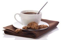 Горячий шоколад в белой чашке на таблиц-салфетке кабанины на whi стоковые изображения