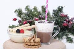 Горячий шоколад в чашке и печеньях Стоковая Фотография RF