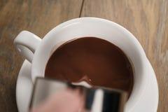 Горячий шоколад лить в чашке стоковые изображения rf