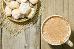 Горячий шоколад и серповидные крены заполненные с грецким орехом и порошком Стоковые Фото