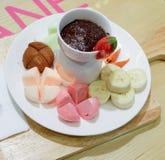 Горячий шоколад с бананами и клубниками Стоковая Фотография RF