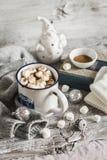 Горячий шоколад с зефирами в керамических кружках Стоковые Фотографии RF