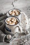 Горячий шоколад с зефирами в керамических кружках Стоковые Изображения RF