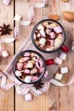 Горячий шоколад с зефирами и специями на таблице рождества Стоковая Фотография RF