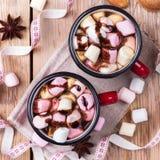 Горячий шоколад с зефирами и специями на таблице рождества Стоковые Фото