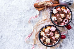 Горячий шоколад с зефирами и специями на таблице рождества Стоковая Фотография